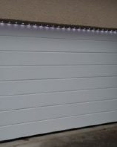 Porte de garage sectionnelle LPU40 avec barre de leds sous le linteau