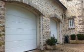2 portes sectionnelles blanches surface woodgrain sur linteaux cintrés