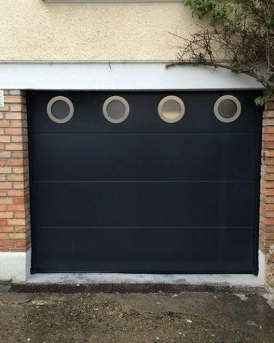 porte sectionnelle avec hublots ronds ©preciselec