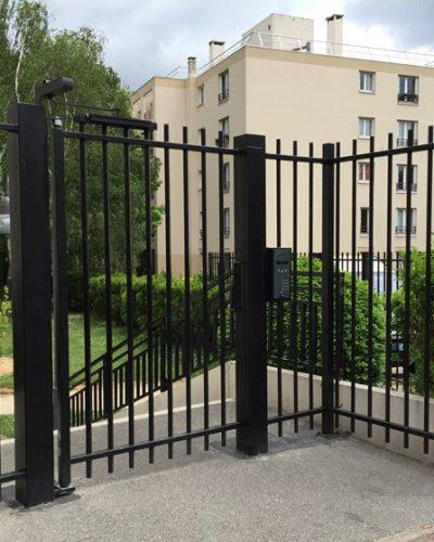 Portillon métallique noir avec portier GSM VISIO ©preciselec