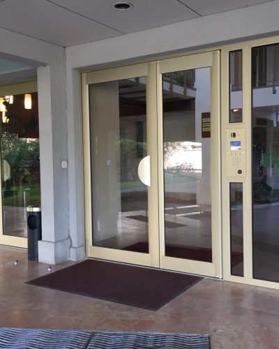 Porte d'entrée d'immeuble aluminium ton champagne
