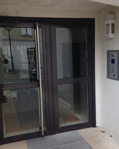 porte d'entrée d'immeuble avec portier vidéo ©preciselec