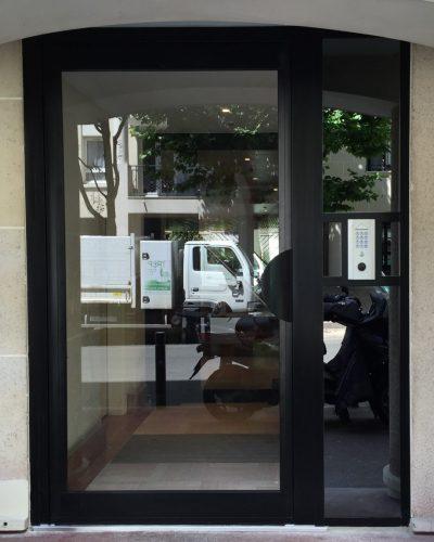 Porte d'entrée d'immeuble noire ©preciselec