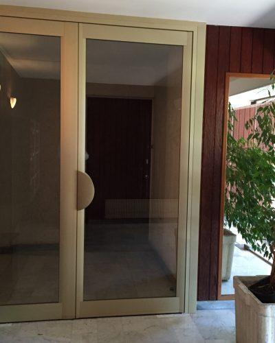 porte d'entrée d'immeuble ton champagne ©preciselec