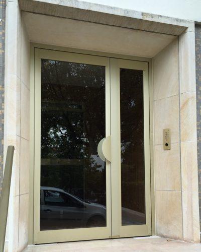 porte d'entrée d'immeuble technal alu ton champagne ©preciselec