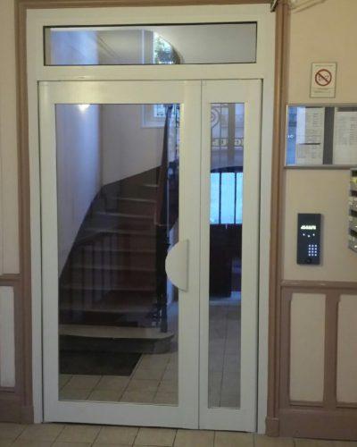 porte d'entrée d'immeuble blanche ©preciselec