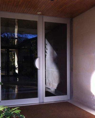 Porte d'entrée d'immeuble Technal ton alu ©preciselec