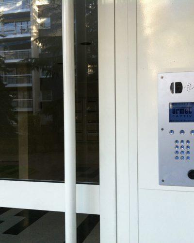 Porte d'entrée d'immeuble et contrôle d'accès ©preciselec