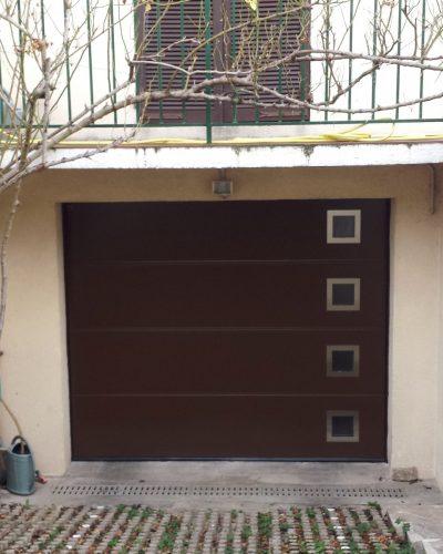 Porte de garage avec hublots design coloris ral 8028 ©preciselec