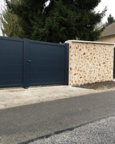 Portails battants aluminium pleins avec traverses horizontales