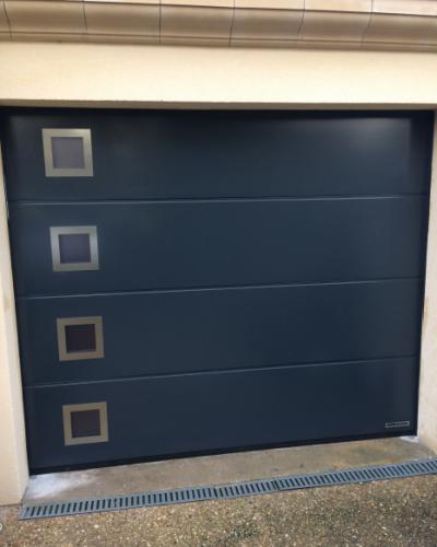 Porte sectionnelle Lpu42 à rainures L avec 4 hublots design ©preciselec