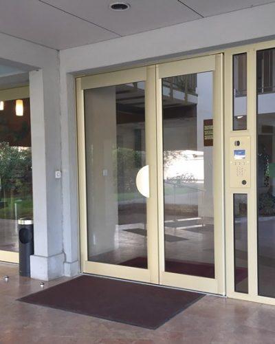 Portes d'entrée d'immeuble Technal Ph Titane à ventouses électromagnétiques ©preciselec