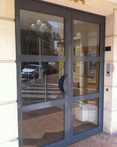 porte entrée d'immeuble 2 vantaux ©preciselec