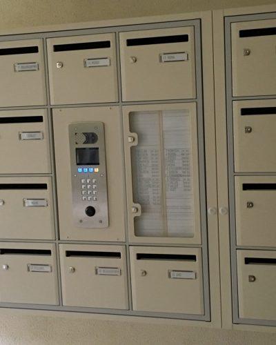 Insertion du portier interphone dans la batterie de boites aux lettres