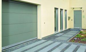 porte de garage sectionnelle et porte d'entrée Hormann avec tôle perforée