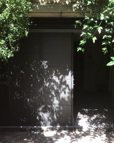 Porte de garage latérale coulissante de marque SIB aluminium sur précadre.