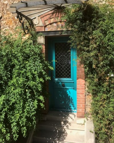 Porte classique en bois de chez Bel'M avec grille à médaillon