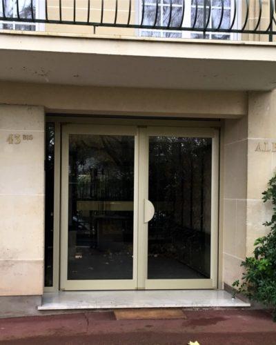 Porte d'entrée d'immeuble par Preciselec